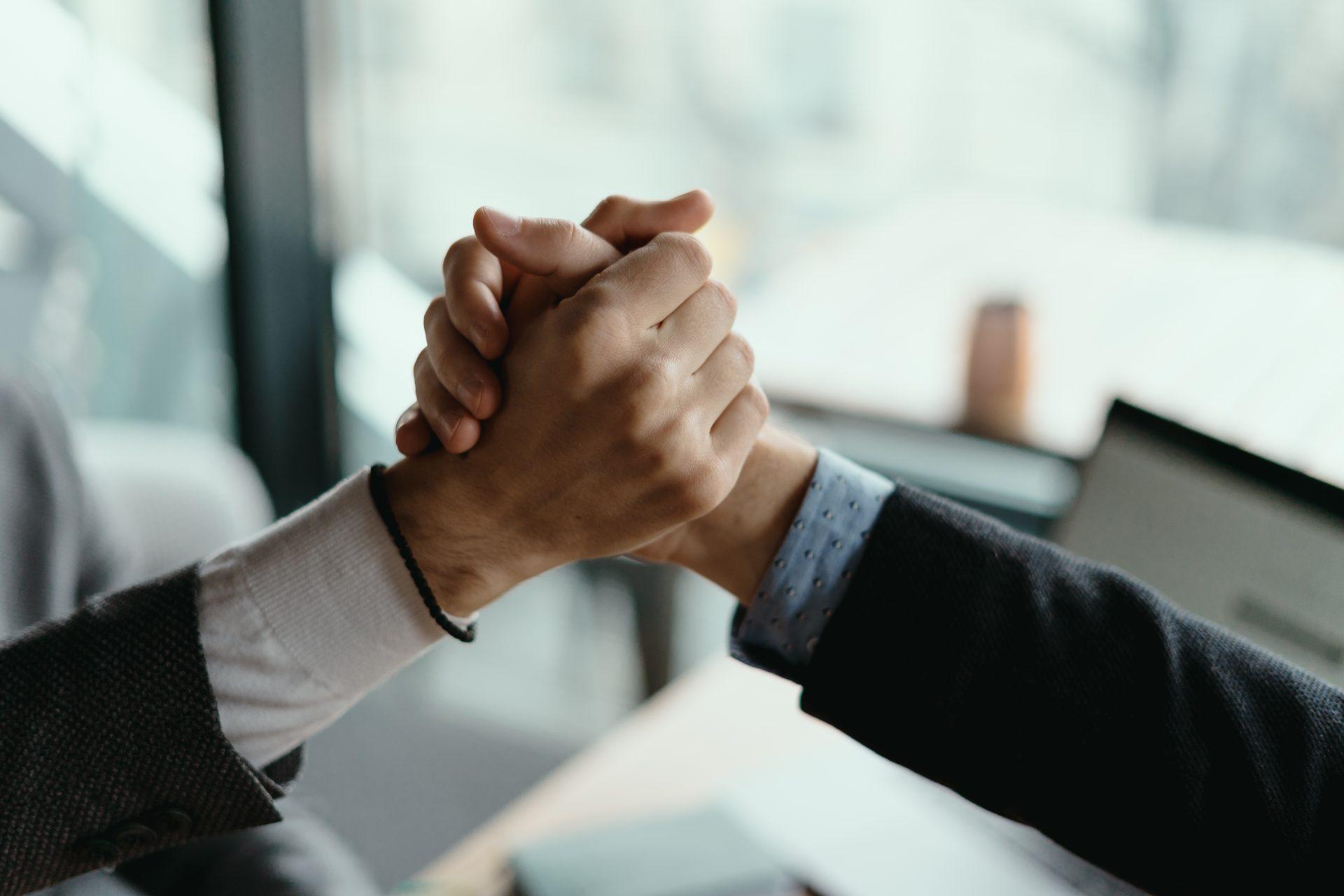 信頼感の握手イメージ